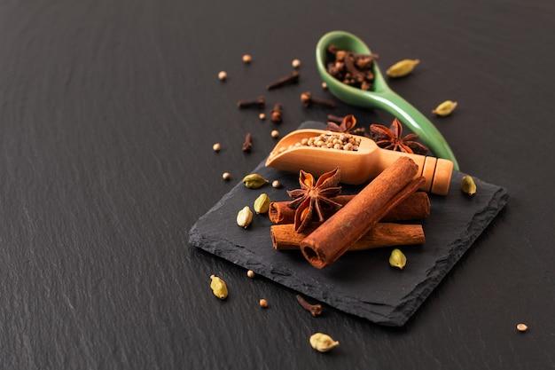 エキゾチックなハーブ食品のコンセプト有機スパイスシナモンスティックのミックス、カルダモンのさや Premium写真