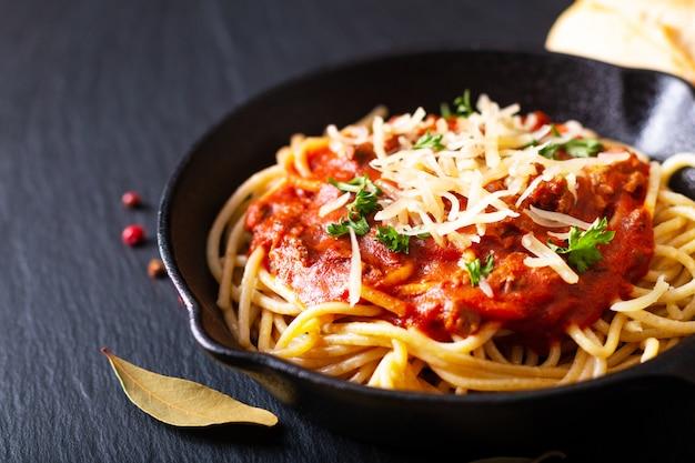 食品のコンセプト鋳鉄製の自家製スパゲッティボロネーゼ Premium写真