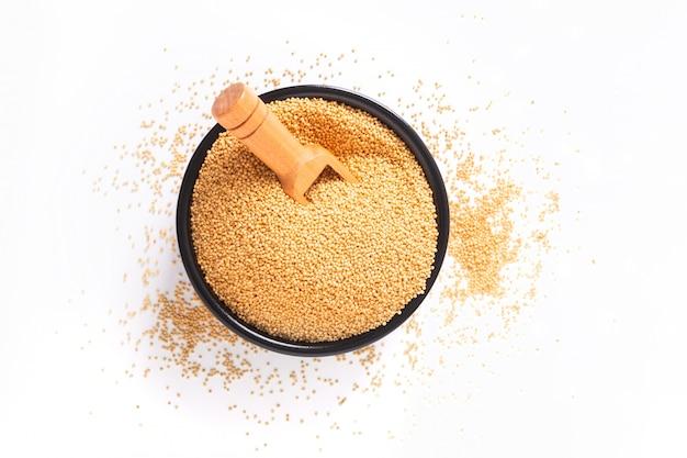 健康的な食品のコンセプト有機アマランス穀物コピースペース付きの黒いセラミックボウル Premium写真