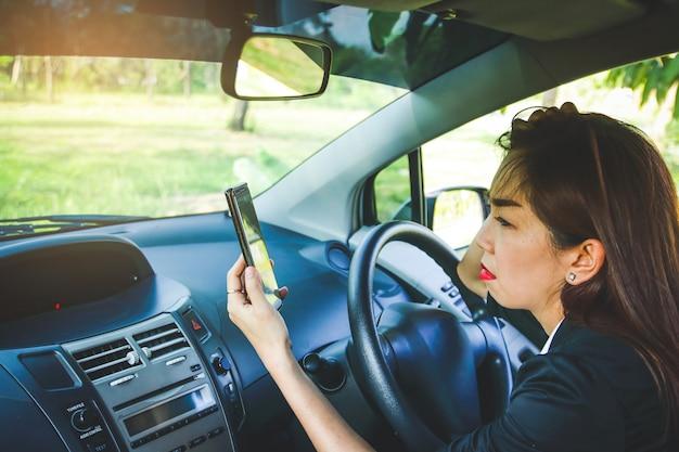 Женщина сбилась с пути в лесу. ищем решение но без интернет-сигнала с телефона Premium Фотографии