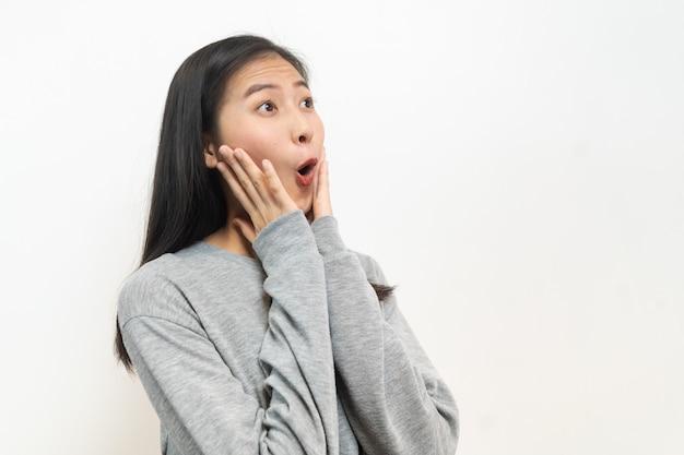 アジアの若い女性の前向きなショックを受けた感情。 Premium写真