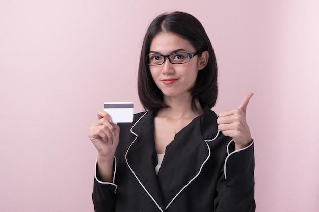クレジットカードを持つアジアの女性。 Premium写真