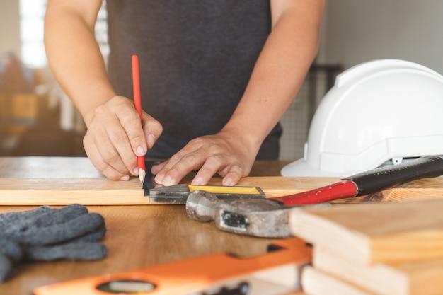 工芸品をやっている労働者。 Premium写真