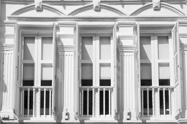 窓とアパート、抽象的なパターンの背景の白とグレーの色 Premium写真