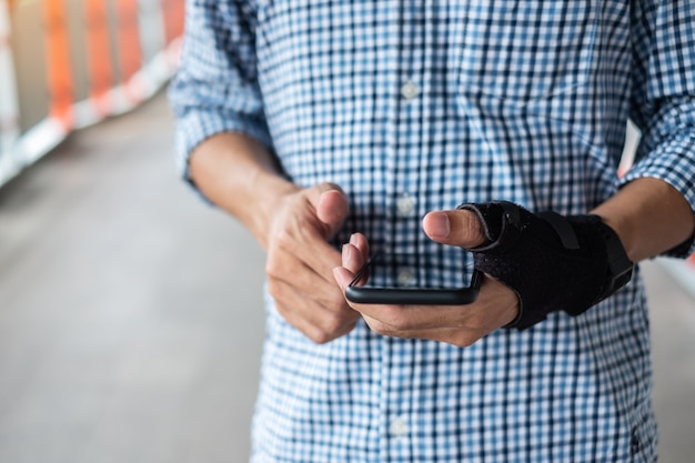 スマートフォンを長時間使用しているため、手首の痛み。 Premium写真