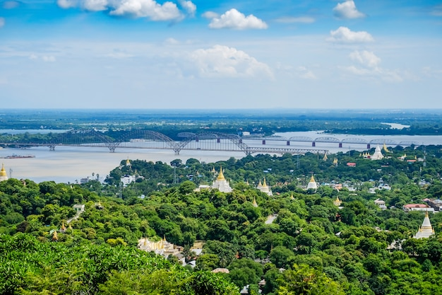 Мост иравади или иравади, мосты яданабона с городом мандалай, храмы, пагода, река иравади. вид с холма. достопримечательность и популярные для туристов достопримечательности в мьянме Premium Фотографии