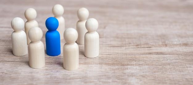 木製の男性の輪を持つ青いリーダー実業家。リーダーシップ、ビジネス、チーム、およびチームワーク Premium写真