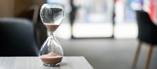 テーブルオフィスの砂時計 Premium写真