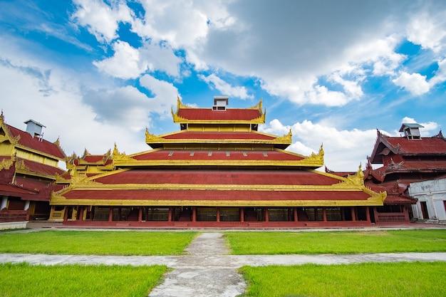 Мандалайский дворец, расположенный в мандалае, мьянма Premium Фотографии