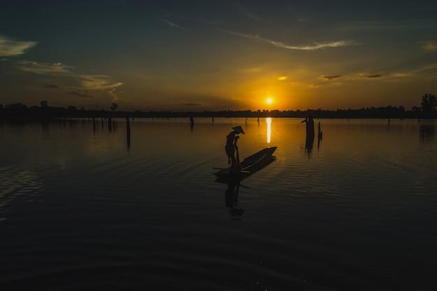 ボートのシルエット漁師釣りネット。 Premium写真
