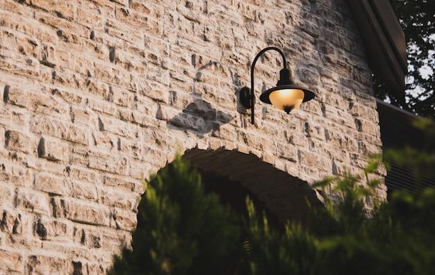 ビンテージスタイルのウィンドウの背景、閉じたウィンドウの左と詳細と家の壁。 Premium写真