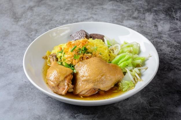 新鮮な自家製チキンスープ、麺と野菜の料理 Premium写真