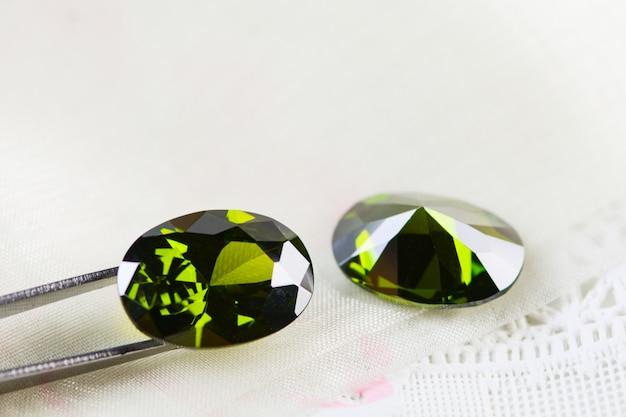 Кубический цирконий, овальная форма, различные цветные драгоценные камни Premium Фотографии