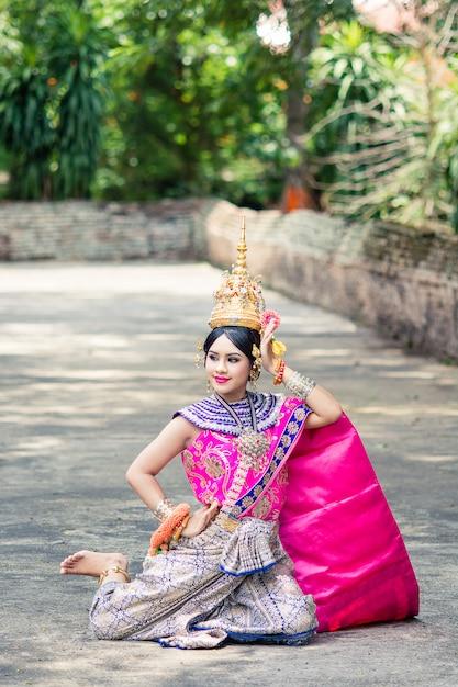 典型的な伝統的なタイのドレスを着ているアジアの女性、それは文字通り意味です Premium写真