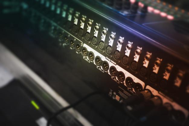 サウンドアンプをマイクとミキサーに接続 Premium写真