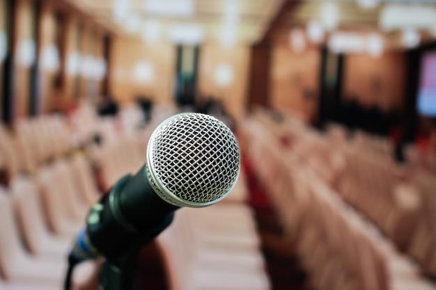 Микрофоны на абстрактном размытом речи в зале для семинаров или фронт-конференции Premium Фотографии