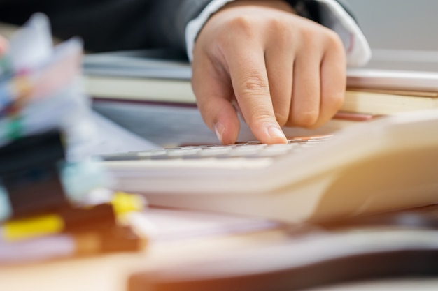 Концепция бюджета планирования бухгалтерского учета: бухгалтер рассчитывает финансовый отчет, рассчитываемый на вычет Premium Фотографии