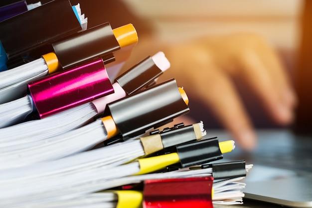 カラークリップ紙と書類書類ファイル情報ビジネスレポート書類のスタック Premium写真