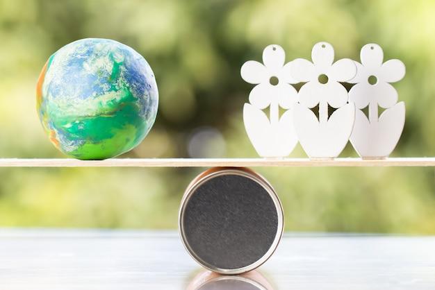 世界環境デーのコンセプト:ラウンドボックスバランスの木の上の木の木とグローバルモデル Premium写真