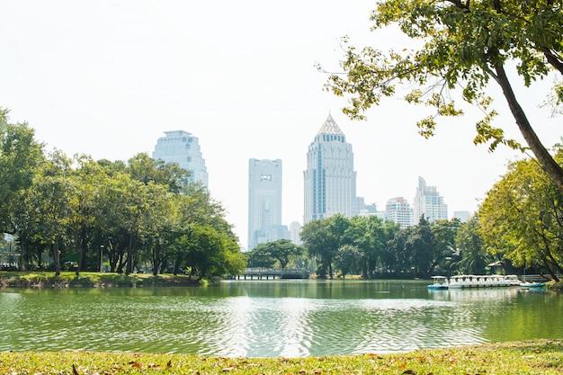 ルンピニー公園、バンコクのパトゥムワン地区でタワーの建物バンコクのスカイラインの眺め。 Premium写真