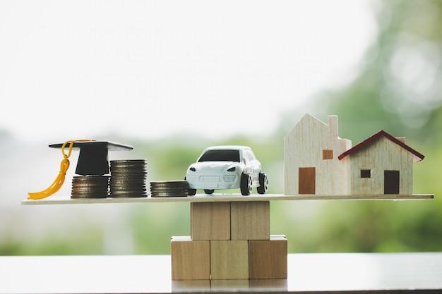 Выпускной колпачок дома автомобиля на деревянном блоке, концепция Premium Фотографии