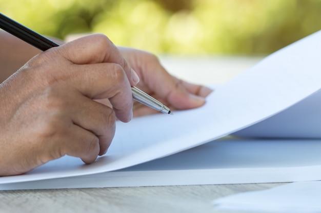 Азиатский пожилой предприниматель или студент читает документы Premium Фотографии