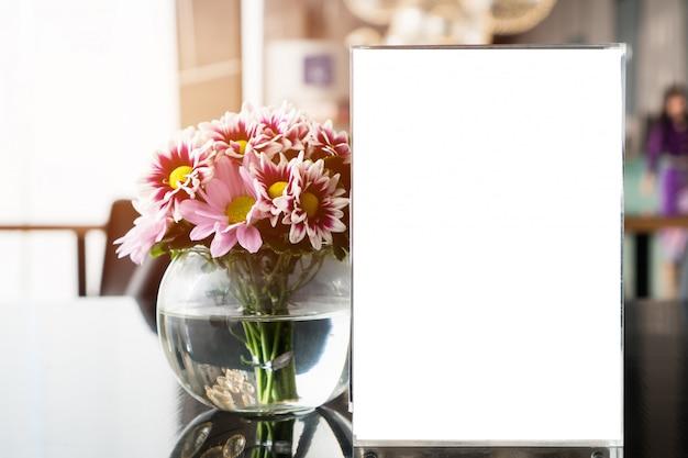 植物の花とレストランカフェで白い空白メニューフレーム。テーブルカフェテリアのディスプレイ上のスタンドブックレットシート紙テントカード Premium写真