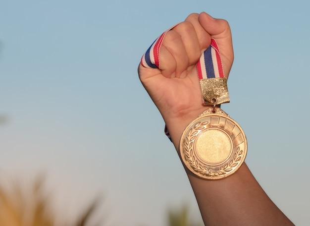 Медаль в руках картинки