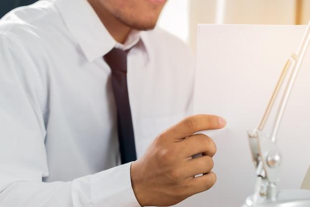 Азиатский бизнесмен менеджер проверка подписывание заявителя заполнение документов отчеты документы приложение Premium Фотографии