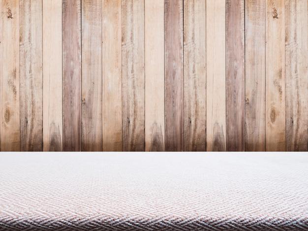 ベージュツイード生地のテーブルクロスと木製の背景 Premium写真