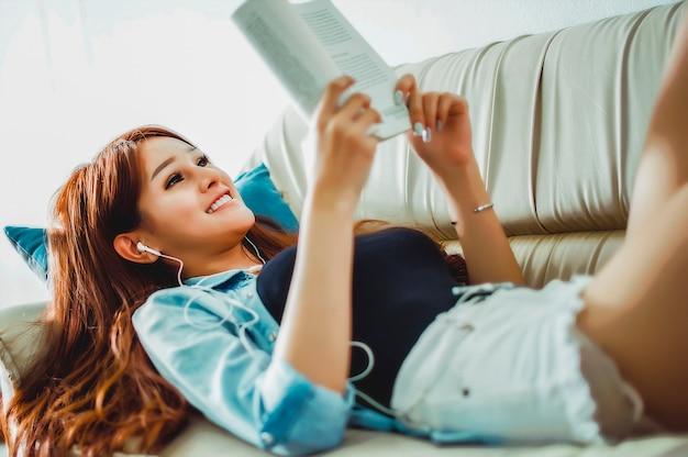 本を読むこと、音楽を聴くことによる自由時間の利用本からの教育的アイデア Premium写真