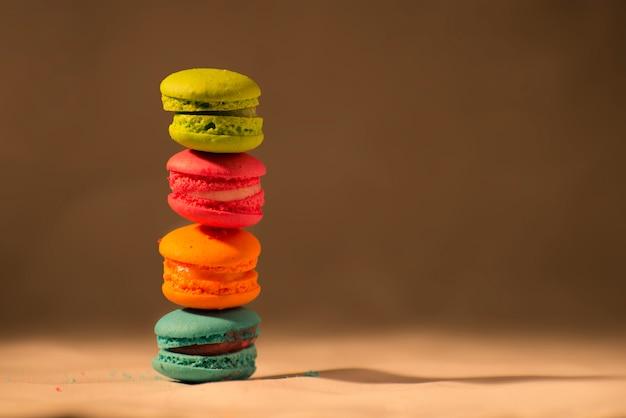 コピースペースフレンチマカロンとカラフルな甘いマルチカラーマカロンケーキ Premium写真