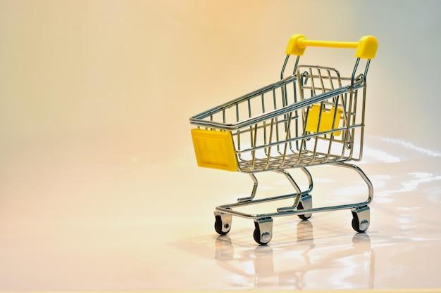 黄金のハンドルとドル銀行のショッピングカート Premium写真