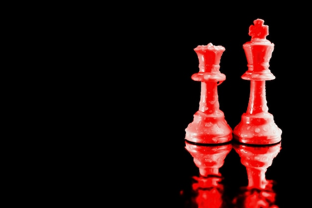 チェスの王と赤い女王はビジネスの象徴的なリーダーとして使われました。 Premium写真