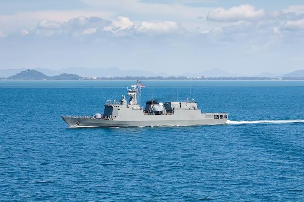 ヘリコプターから海湾ビューで軍の海軍船 Premium写真