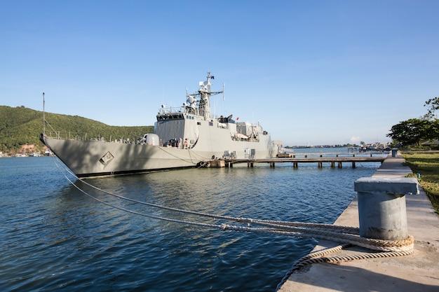 Военные корабли вмф в морской бухте Premium Фотографии