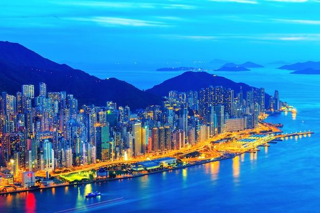 山、香港、中国の上に視点から街の夜 Premium写真