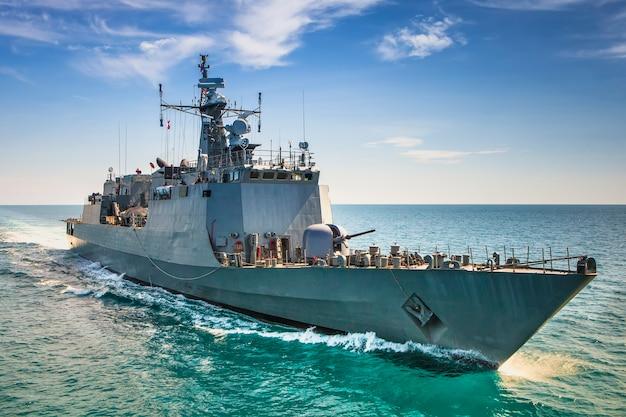 Военные корабли военно-морского флота в виде морской бухты с вертолета Premium Фотографии