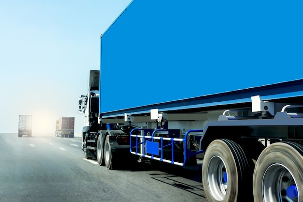コンテナーと高速道路道路上のトラック Premium写真