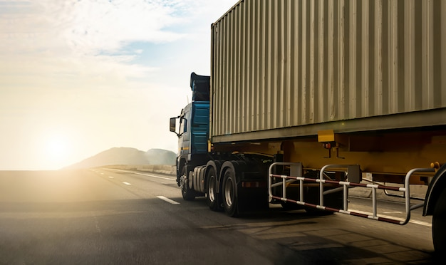 高速道路でのコンテナー輸送、高速道路での貨物トラック Premium写真