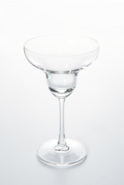 Стеклянная чашка шампанского на белом фоне. Premium Фотографии