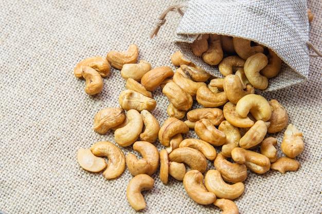 黄麻布の袋にローストしたカシューナッツ Premium写真