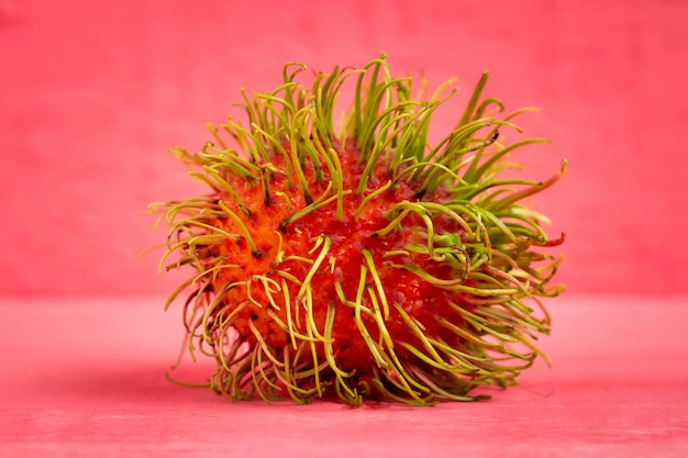 Рамбутан фруктовый по цвету дерева розовый Premium Фотографии