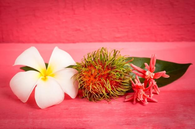 Плоды рамбутана по дереву, цвет розовый с цветком Premium Фотографии