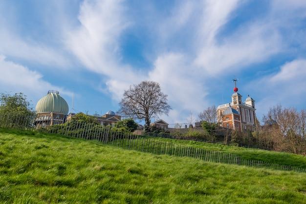 グリニッジの丘の上のロンドンの王立天文台 Premium写真