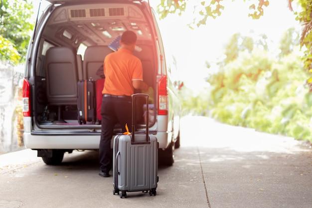 夏の晴れた日に休日に出発する荷物を持った旅行バン。 Premium写真