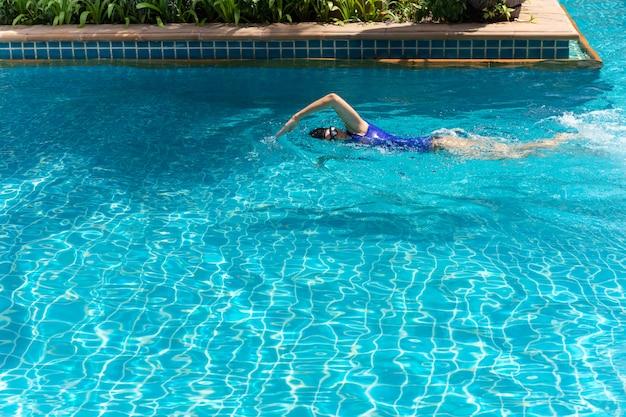 スイミングプールでの女子水泳選手のトレーニング。 Premium写真
