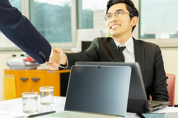取引終了後の成功したビジネスマンハンドシェイク契約 Premium写真