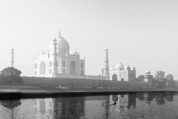 タージ・マハルはヤムナ川に白黒で映し出しました。 Premium写真