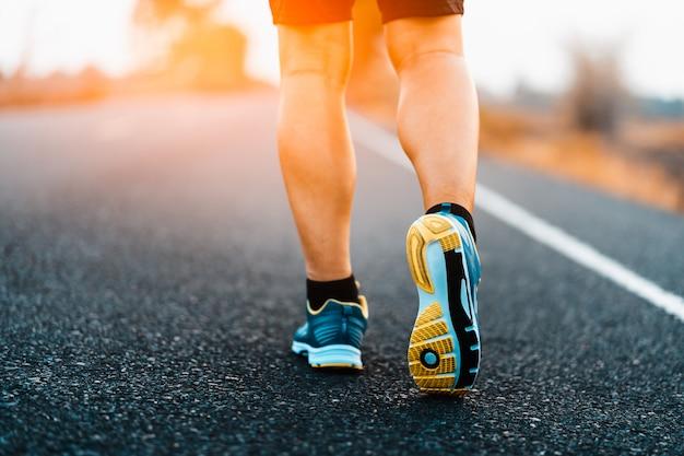 トレイル健康的なライフスタイルのフィットネスにスポーツの足を実行している運動選手 Premium写真